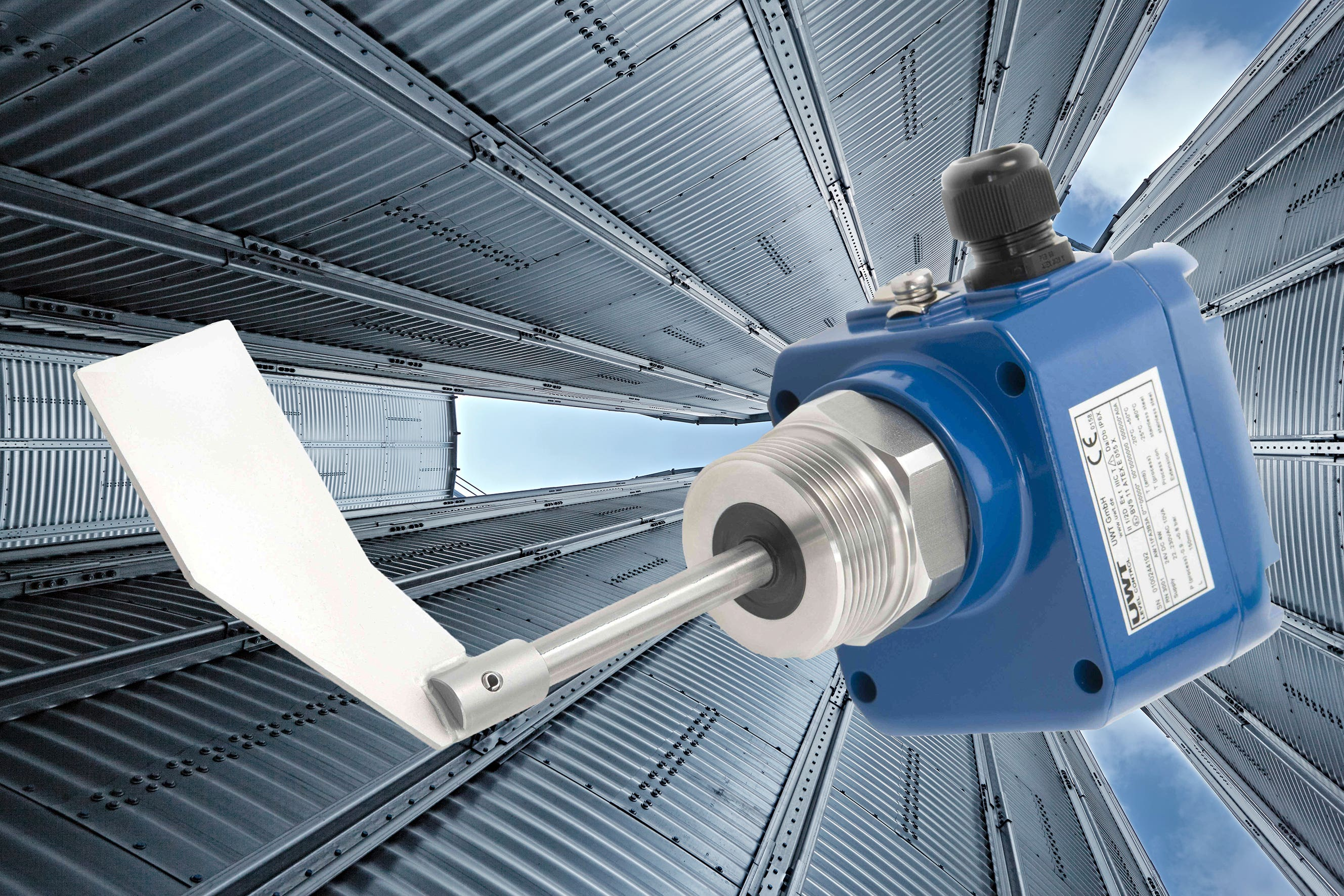 Level measurement and monitoring in plastic raw materials